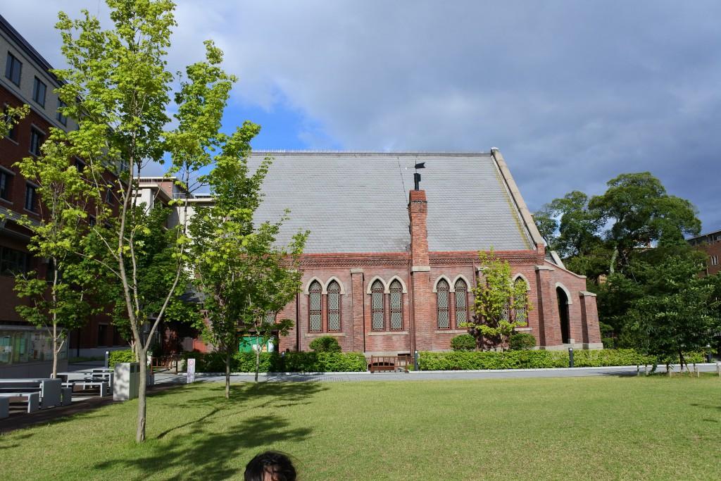 煉瓦造の教会とキャンパス