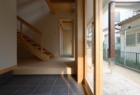 玄関から吹き抜け階段を見る。注:玄関ドアには後で半透明フィルムを貼りました。