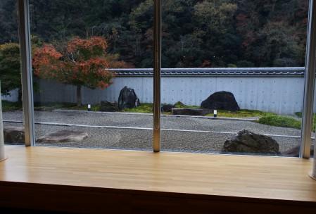 展示室から石庭を見る