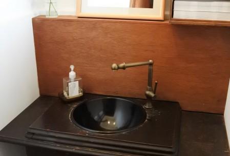 アンティークのミシン台を利用した洗面台