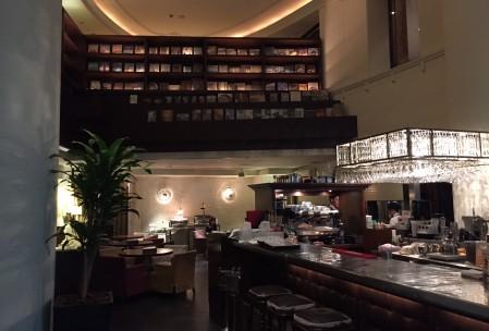本棚が印象的な1Fレストラン